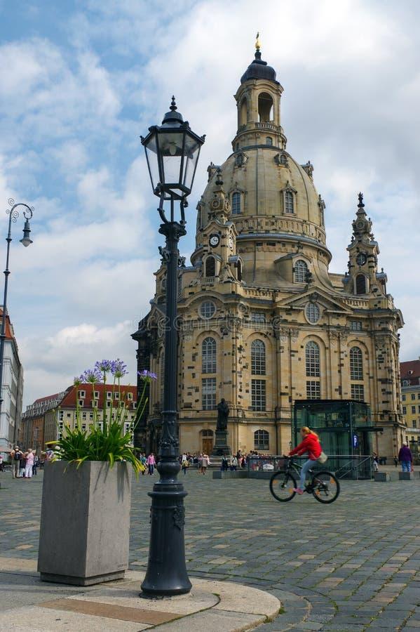ДРЕЗДЕН, ГЕРМАНИЯ - 13-ОЕ ИЮЛЯ 2015: Frauenkirche в центре древнего города, исторических и культурных освободившееся государство  стоковые изображения