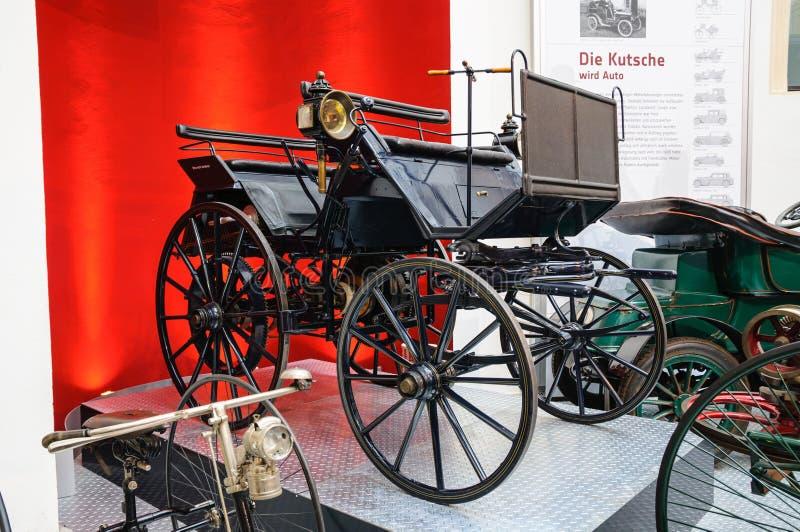 ДРЕЗДЕН, ГЕРМАНИЯ - MAI 2015: Экипаж мотора 1886 Daimler в Dres стоковая фотография