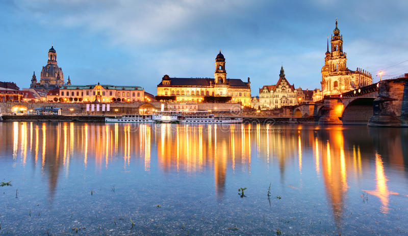 Дрезден, Германия над Эльбой стоковые изображения