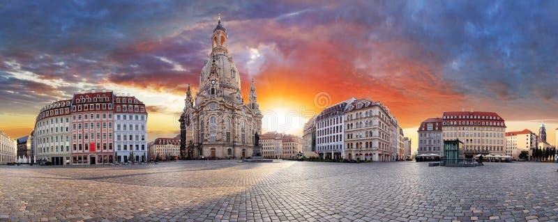 Дрезден, драматический заход солнца над Frauenkirche - панорама стоковое изображение rf