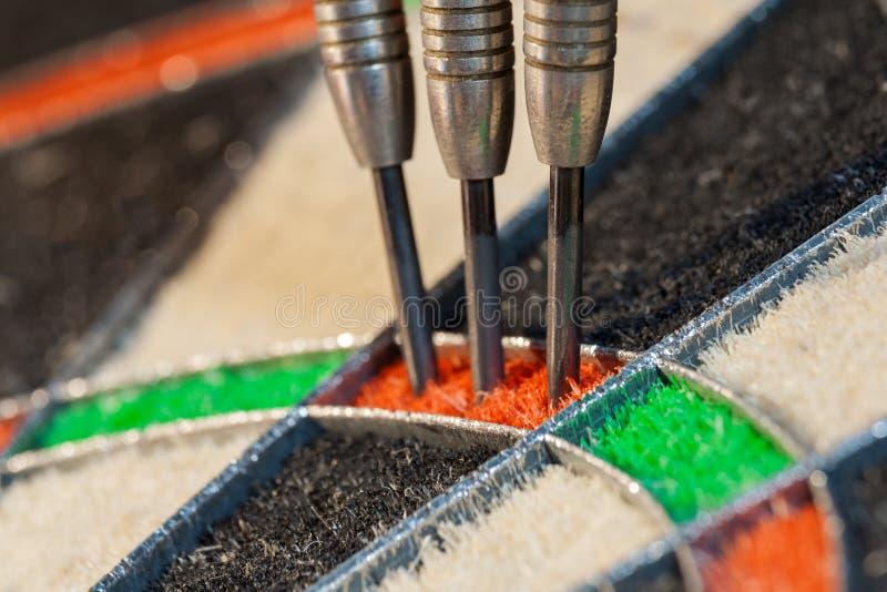 3 дротика в тройном участке dartboard сизаля стоковое изображение
