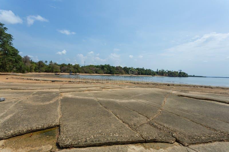 Другая сторона каменного и ископаемого пляжа, городка Krabi, Таиланда стоковое фото
