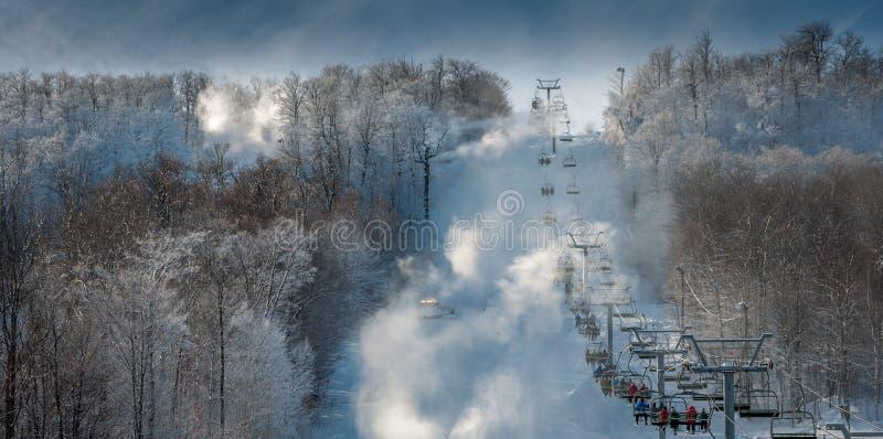 Другой день катания на лыжах с семьей стоковые изображения rf