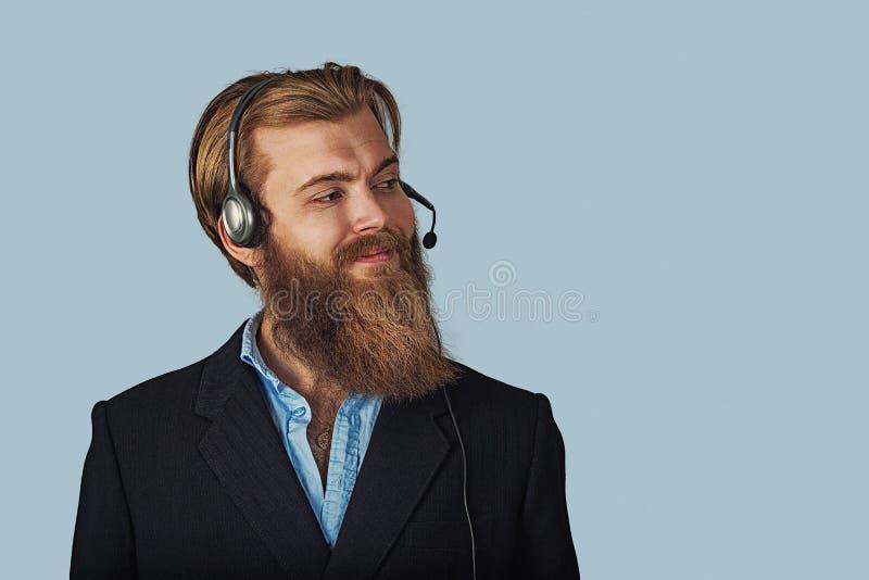 Дружелюбный парень обслуживания клиента над светом - синью стоковое фото