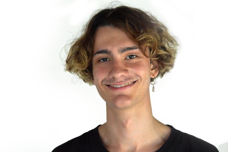 Дружелюбный смеясь подросток с серьгой стоковое изображение
