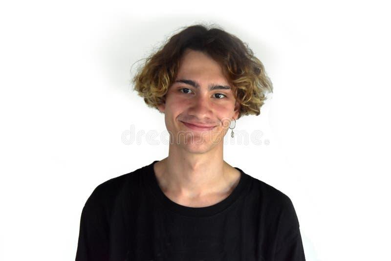 Дружелюбный смеясь подросток с серьгой стоковое изображение rf