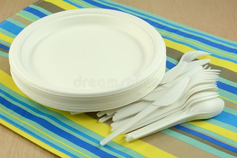 дружественные к Эко устранимые плиты и cultery стоковое фото rf