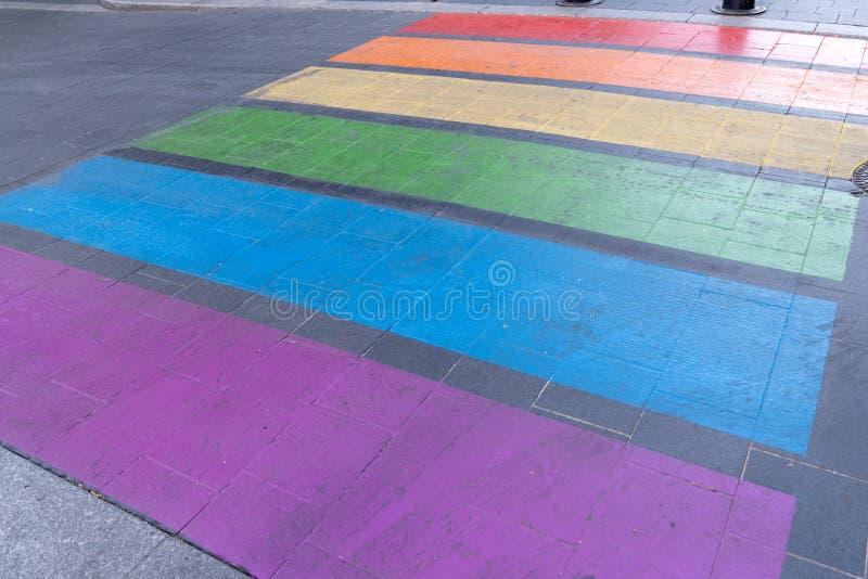Дружественный городской переход с геев на радужном флаге стоковые фотографии rf