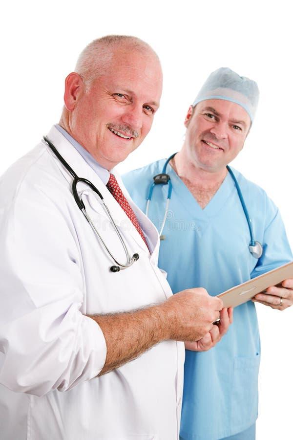 Дружелюбная медицинская бригада с диаграммой стоковые фотографии rf