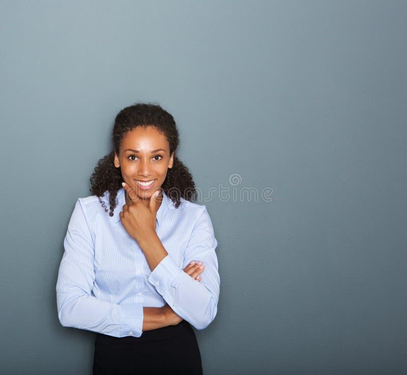 Дружелюбный молодой думать бизнес-леди стоковые изображения rf