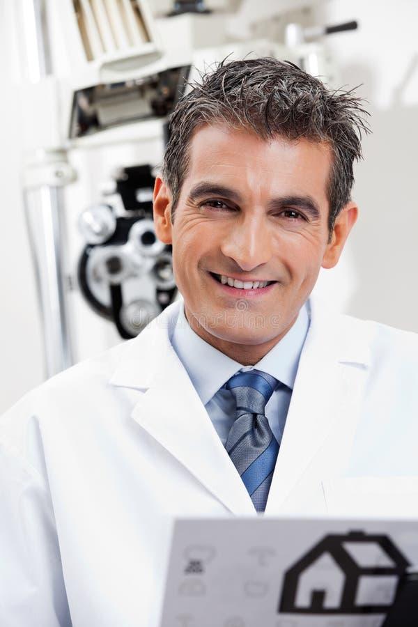 Дружелюбный усмехаться глазного врача стоковые изображения rf