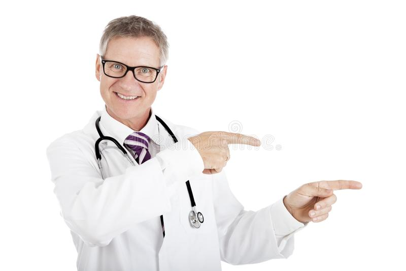 Дружелюбный усмехаясь доктор указывая к праву стоковые фотографии rf
