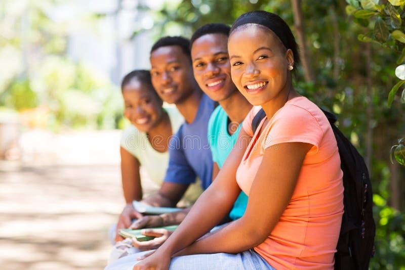 Друзья афроамериканца группы стоковые изображения