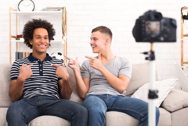 Друзья вводя один другого к их телезрителям стоковые изображения
