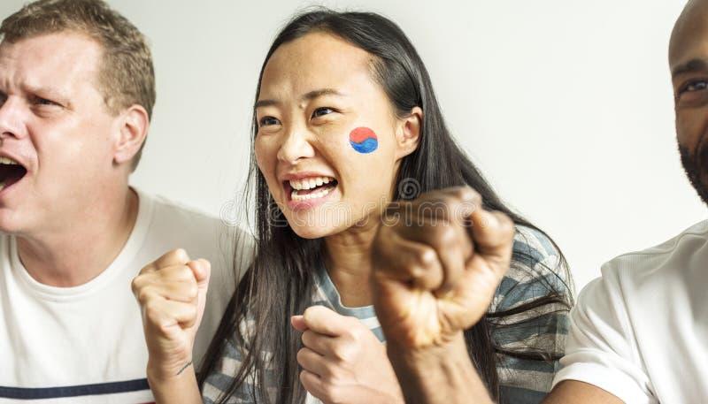 Друзья веселя кубок мира с покрашенным флагом стоковые изображения rf