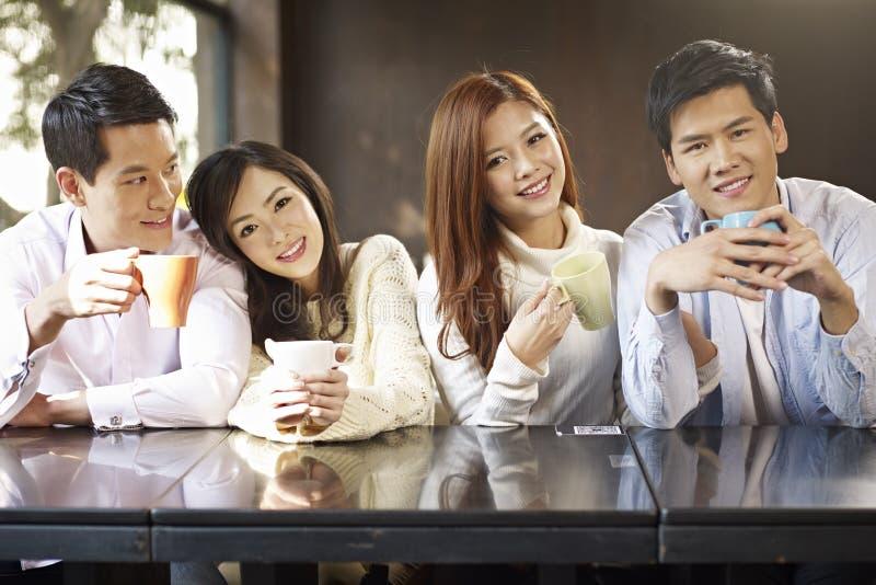 Друзья встречая в кафе стоковая фотография