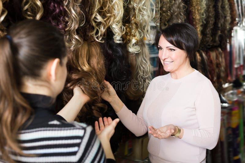 Друзья выбирая зажим-в естественном расширении волос стоковое изображение
