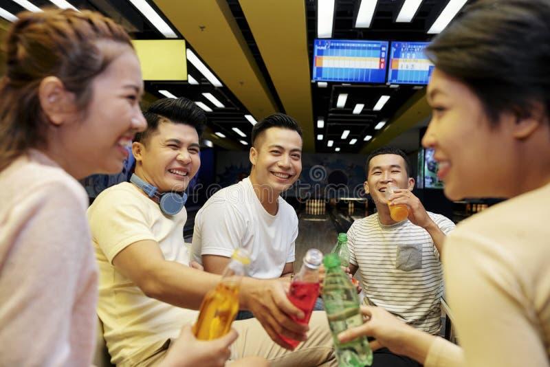 Друзья выпивая мягкие напитки стоковое изображение rf