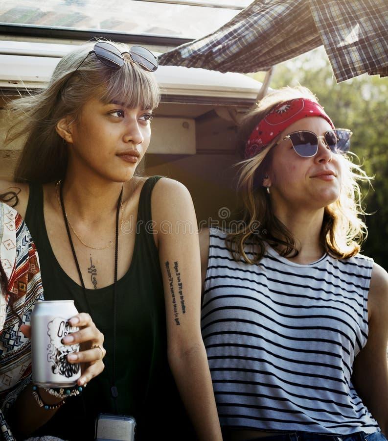 Друзья выпивая пив спирта совместно на путешествии поездки стоковое фото