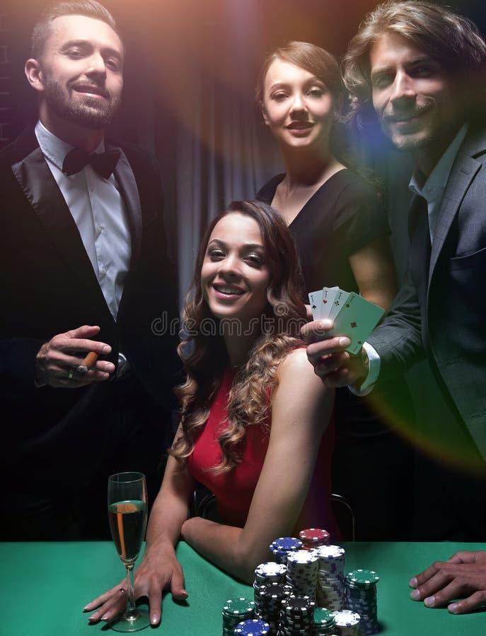 Друзья высшего класса играя в азартные игры в казино стоковое фото rf