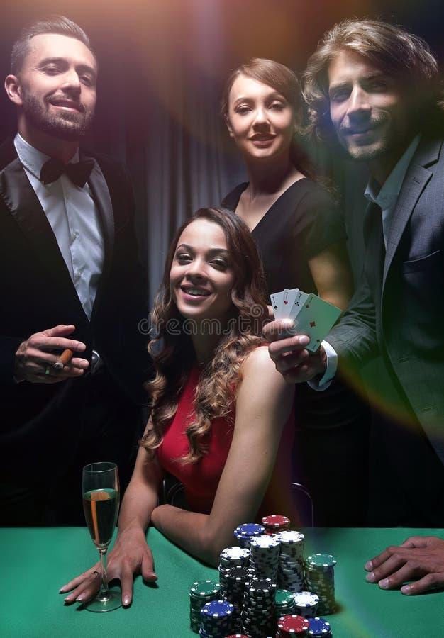 Друзья высшего класса играя в азартные игры в казино стоковые фотографии rf