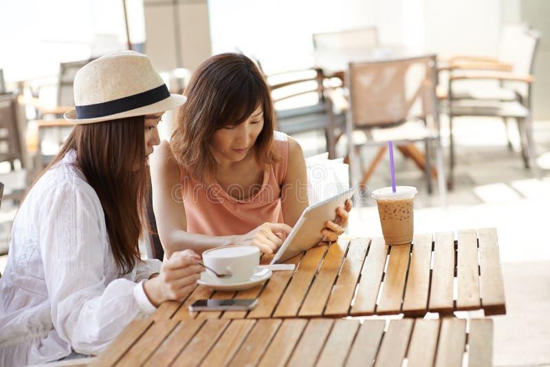 Друзья в кафе стоковая фотография