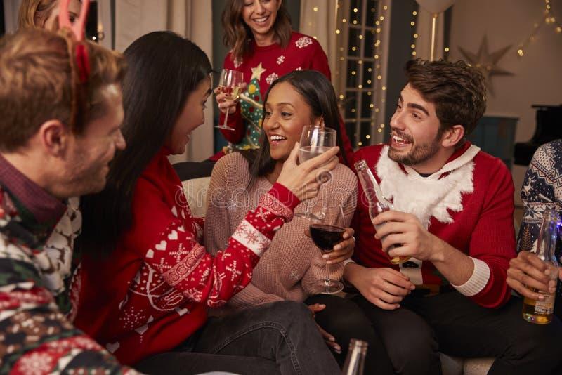 Друзья в праздничных шлямбурах празднуют на рождественской вечеринке стоковая фотография rf