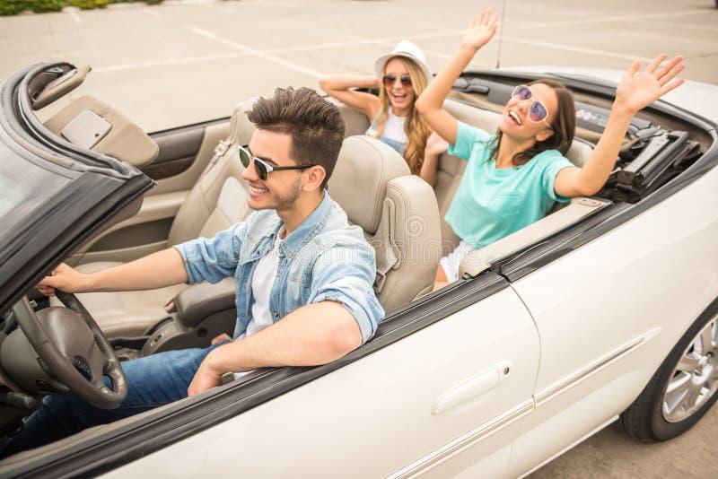 Друзья в cabriolet стоковое фото