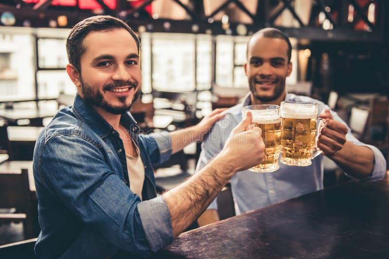 Друзья в pub стоковая фотография