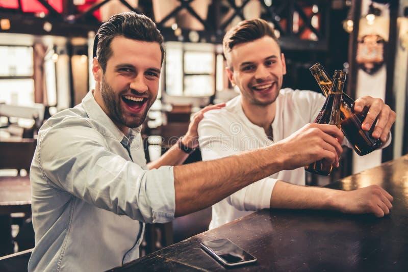 Друзья в pub стоковые изображения