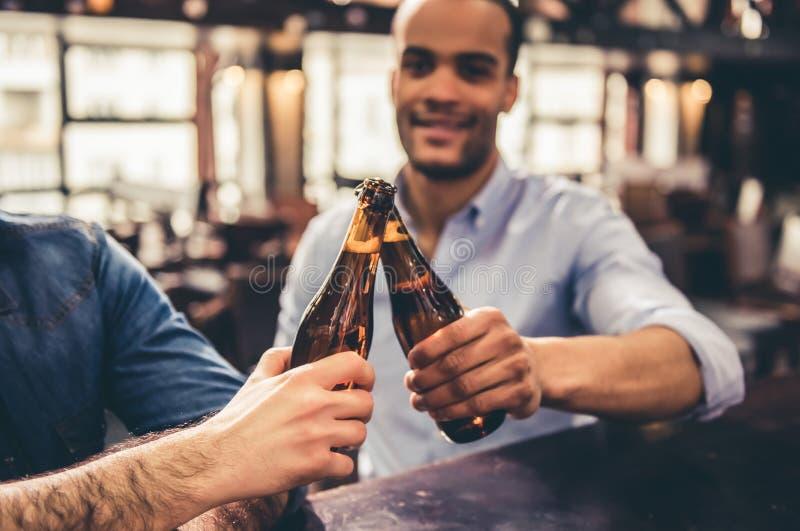 Друзья в pub стоковое фото rf