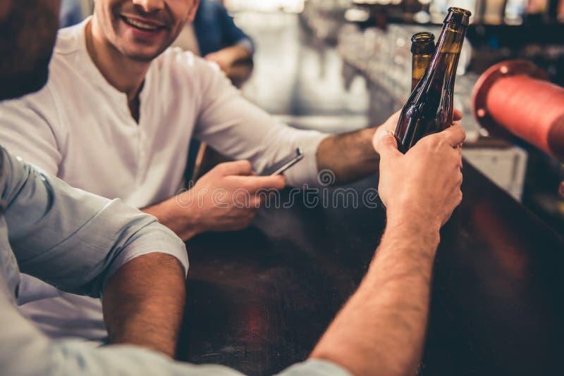 Друзья в pub стоковая фотография rf