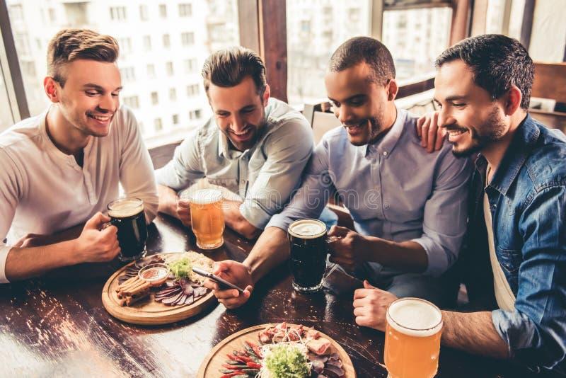 Друзья в pub стоковое фото