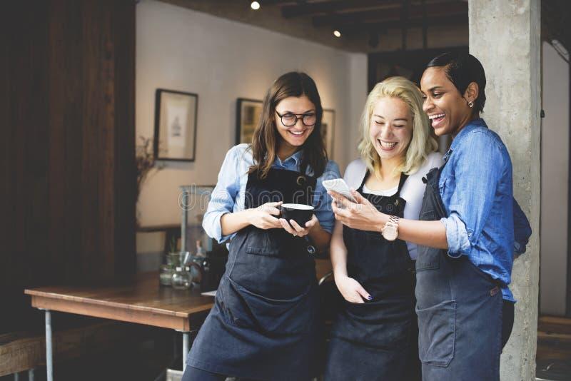 Друзья говоря концепцию работника кофейни стоковые фото