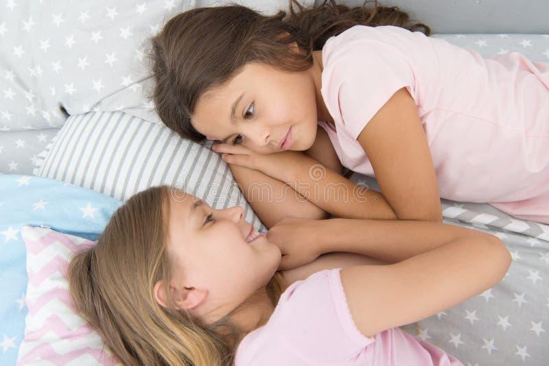 Друзья детей Очаровывая милые дети имеют свободное время перед сном Лучшие други диалога Концепция сестричества Публикация стоковое изображение rf