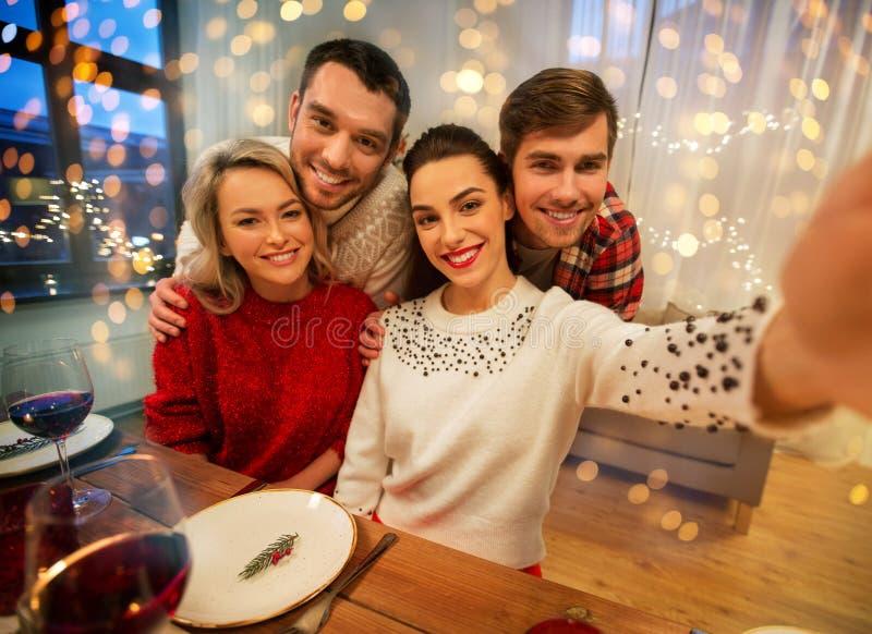 Друзья едят селфи на рождественском ужине стоковые изображения rf