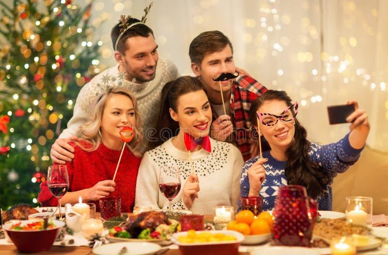 Друзья едят селфи на рождественском ужине стоковая фотография