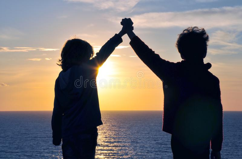 Друзья держа руками стоковая фотография