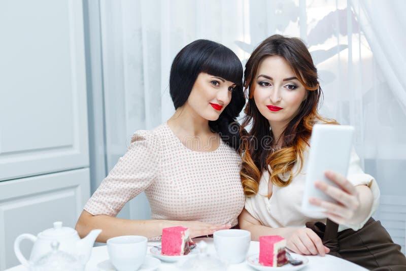 Друзья делая selfie женщина чая партии пить ослабляя стоковое фото