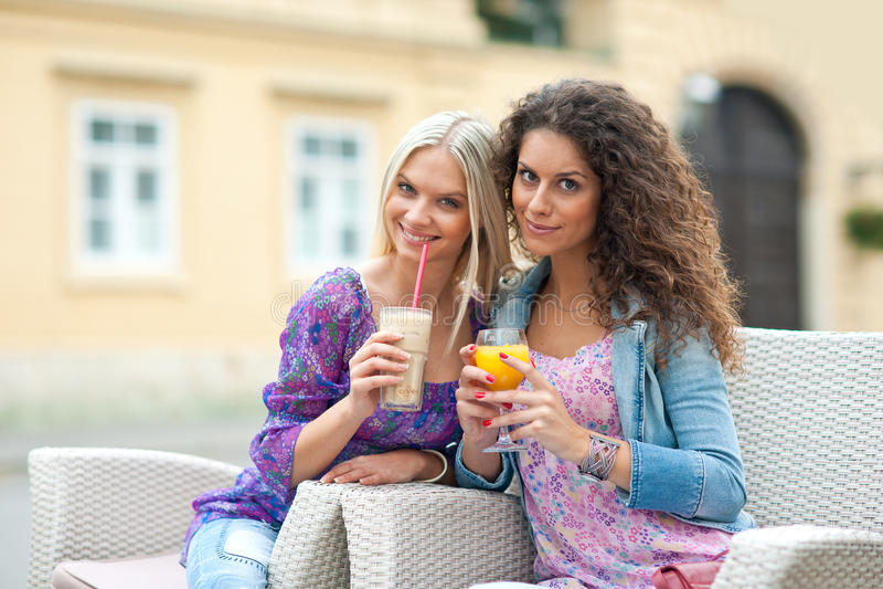Друзья женщины на кафе стоковое фото