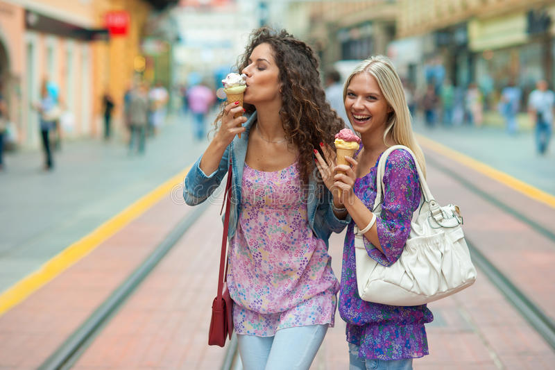 Друзья женщины с мороженным стоковое изображение