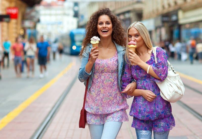 Друзья женщины с мороженным стоковое фото rf