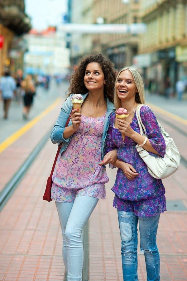Друзья женщины с мороженным стоковая фотография
