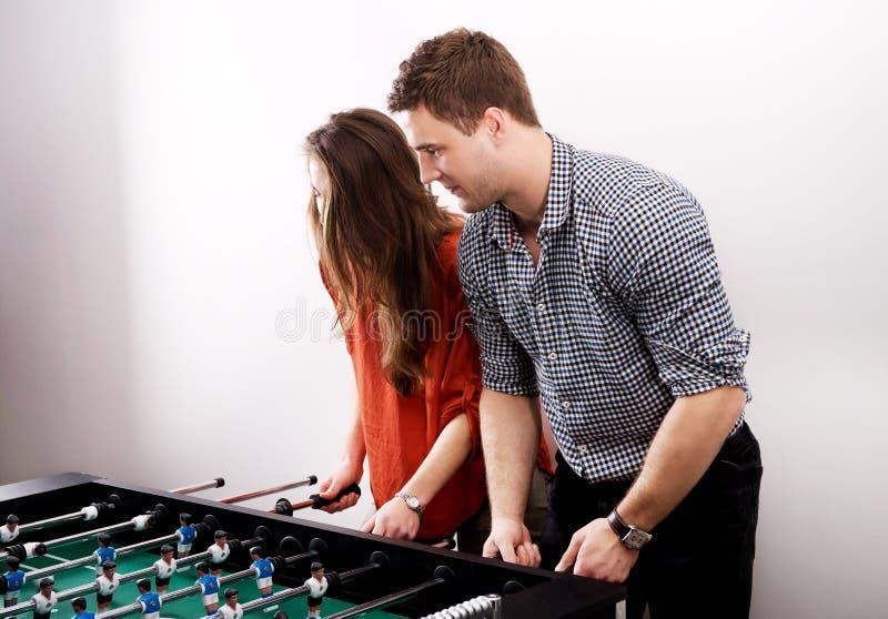 Друзья играя футбол таблицы стоковое фото