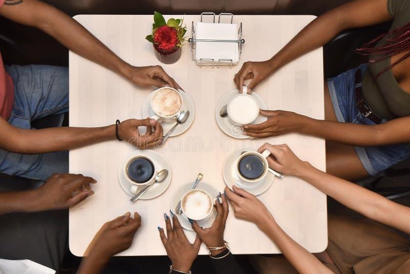Друзья имея взгляд сверху кофе стоковые фотографии rf