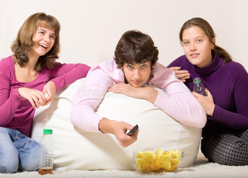 друзья имея заедк подростковую стоковые фотографии rf