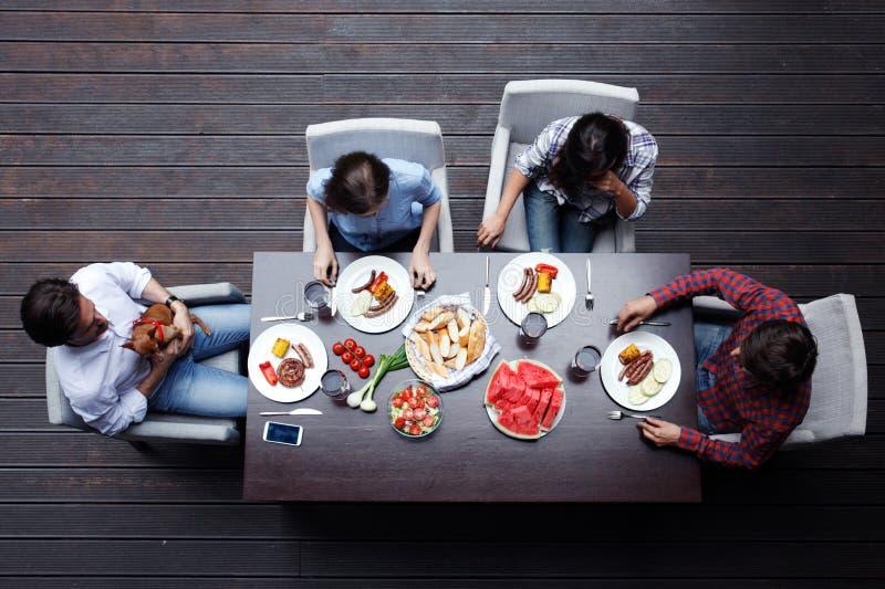 Друзья имея обедающий стоковая фотография