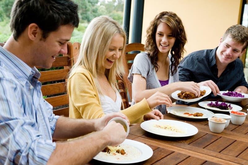 Друзья имея обед стоковые изображения rf