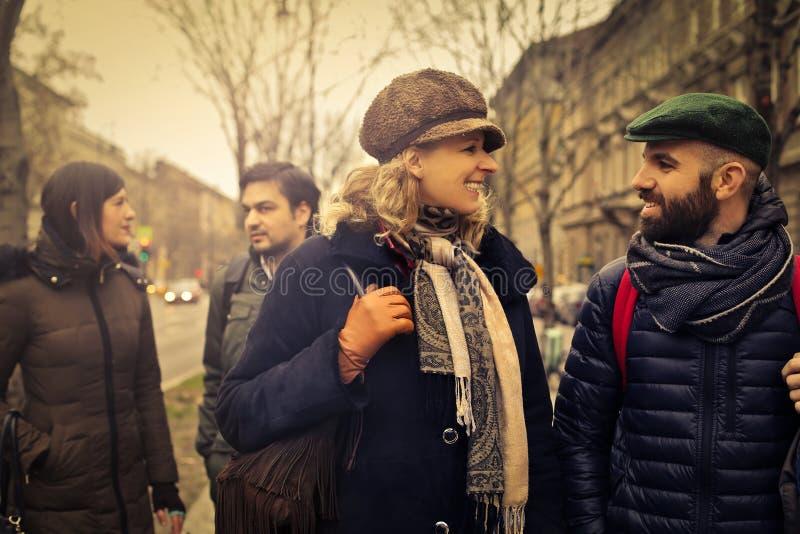 Друзья имея переговор в улице стоковая фотография rf