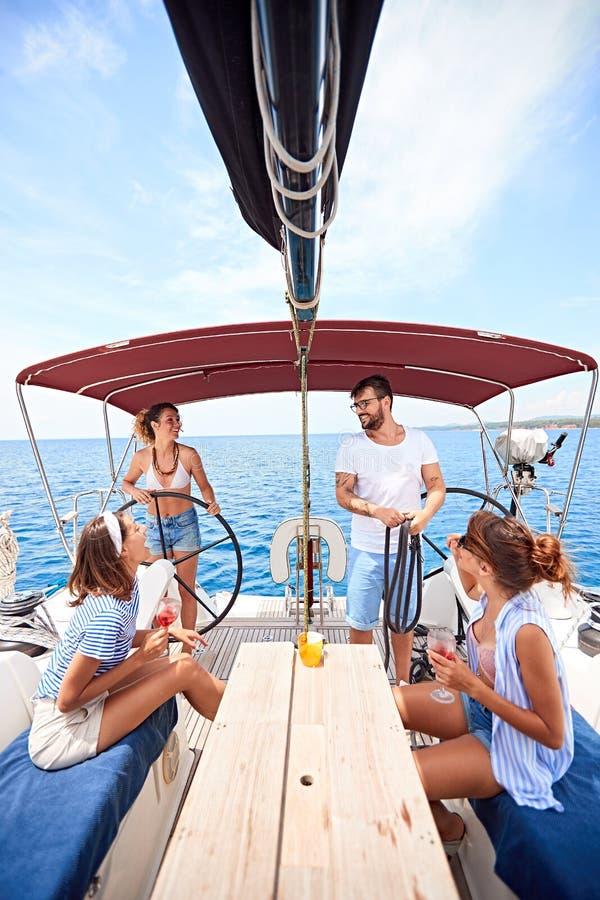 Друзья имея потеху на летних отпусках отдыхают - перемещение, праздники, образ жизни молодости, приятельство и тропическая концеп стоковое фото